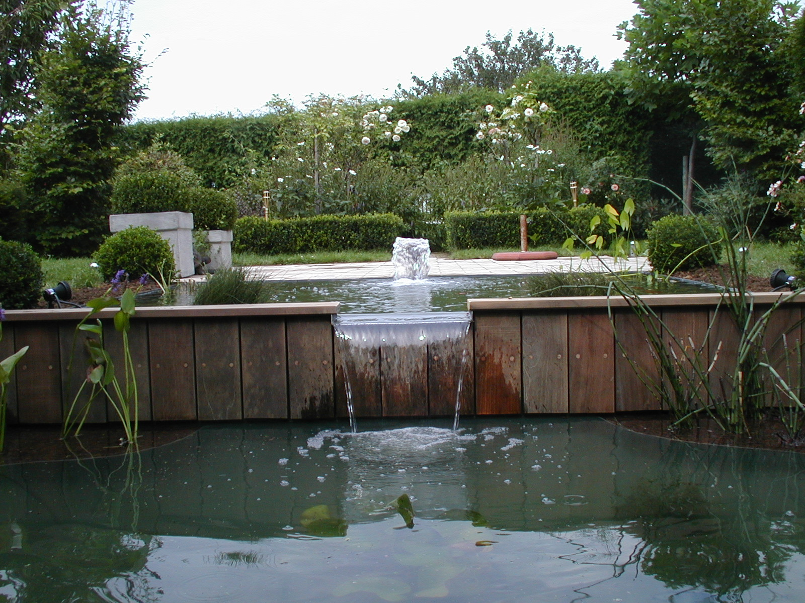 Aquatic design concept et garden cascade bassin for Bassin a debordement